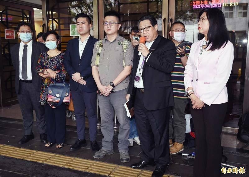 新黨發言人王炳忠(左三)、文宣委員會副主委林明正(右三)、台北市員議員侯漢廷及王炳忠父親王進步境管8個月。(資料照)