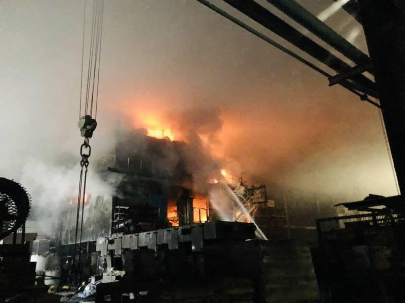 股票上市櫃公司慶欣欣鋼鐵工廠,今天下午發生機台起火火苗波及3層樓高建築物,火警發生瞬間,火焰沖天,如電影災難片,相當驚悚。(彰化縣消防局提供)
