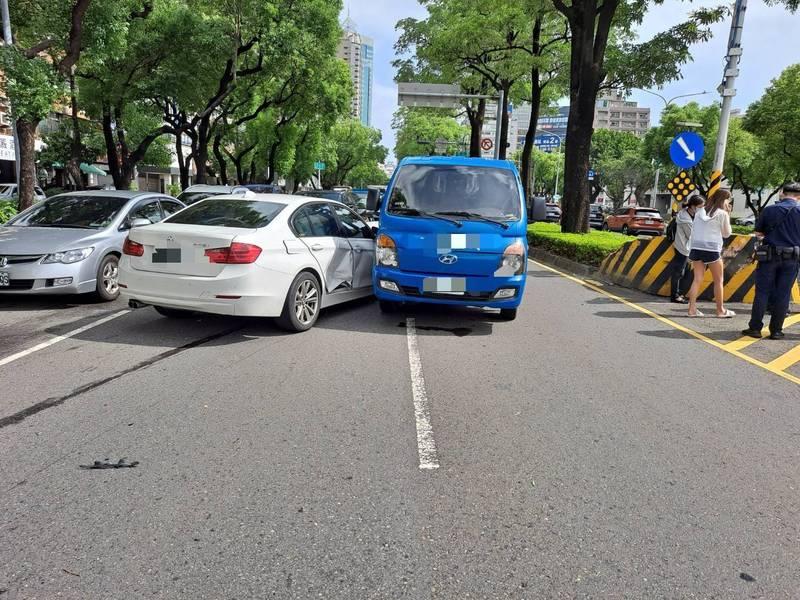 [新聞] 寶馬女開車恍神 高雄鬧區連撞5車