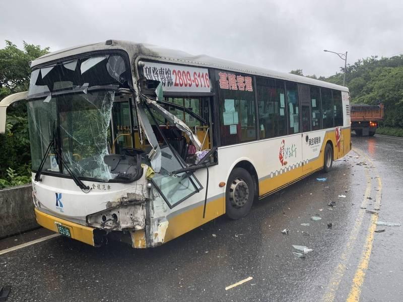 客運衝到對向車道,撞上砂石車車斗,車頭嚴重破損。(記者林嘉東翻攝)
