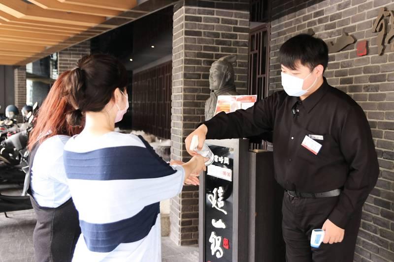 餐廳防疫措施為顧客量體溫、消毒手部。(餐廳提供)