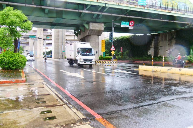 因應?花颱風來襲,新北市災害應變中心晚間宣布,今(23)晚7點時起開放全市紅、黃線停車,同時路邊停車暫停收費。(新北市政府提供)