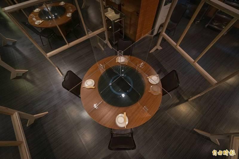 佳珍海產餐廳設計屏風作為阻隔,也特製隔板,盼降級能捉住黑鮪魚季風潮的尾巴。(記者陳彥廷攝)