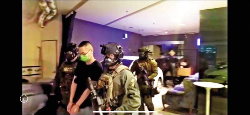 四海幫「海岳堂」成員徐靖(左二),曾參與「松山之亂」,日前因涉嫌暴力討債案,被移送法辦。(記者邱俊福翻攝)