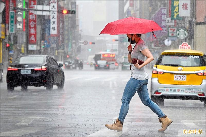 氣象局表示,中颱烟花行進速度緩慢,持續增強,提醒民眾外出須攜帶雨具。 (記者叢昌瑾攝)