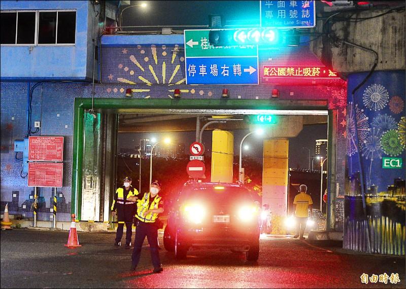 台北市政府22日晚上8點啟動河川區車輛「只出不進」管制措施。(記者王藝菘攝)