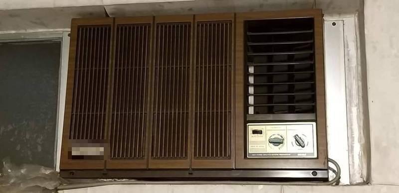 原PO分享家中一台「古董級窗型冷氣」,詢問開6至8小時需要多少電費,意外引發網友熱議。(圖翻攝自爆廢公社公開版)