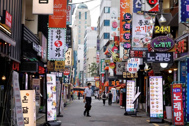 南韓連17日新增確診破千例,首都圈4級防疫警戒延長至8月8日。(路透資料照)