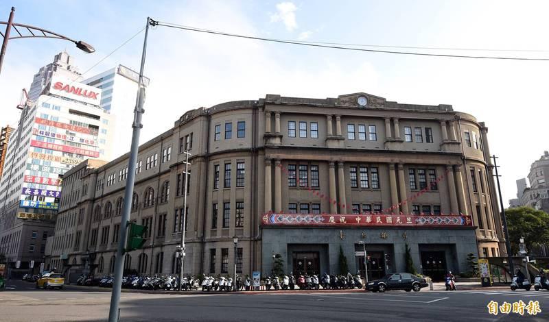 台北郵局員工確診,北市府已匡列11名居家隔離者移至防疫旅館。(資料照)