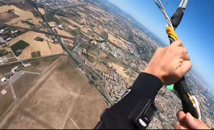 瓦傑卡開傘後繩索都纏在一塊,畫面極度驚險。(圖片擷取自IG)