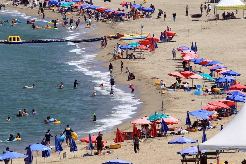 波蘭梅爾諾(Mielno)城鎮的某處海灘,上週五有許多遊客去戲水,竟有1對情侶完全無視他人眼光,直接在現場上演活春宮。(歐新社)