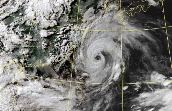 今年第6號颱風「烟花」目前位於台北東方海面,持續向北北西移動,預計25日、26日抵達中國江蘇。(圖取自中央氣象局)