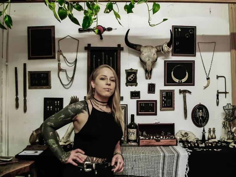 珠寶設計師雅基於當地經營「墳墓金屬首飾」飾品工作坊,將往生者的遺骸製作成飾品,協助其家屬、友人處理悲傷情緒。(圖擷取自Grave Metallum Jewellery臉書)