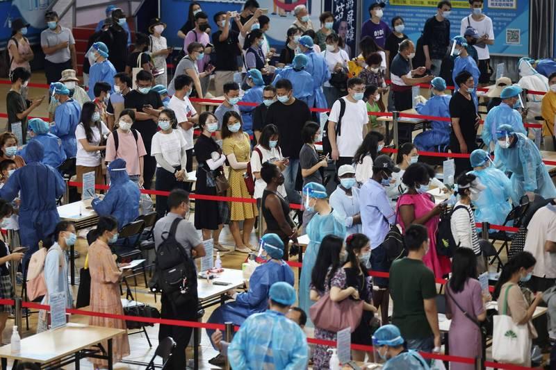 中國昨增48例確診,江蘇、安徽多地皆現本土病例。圖為江蘇民眾排隊接受核酸檢測。(路透)