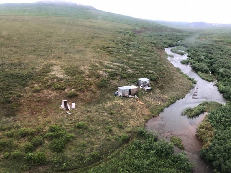 美國阿拉斯加1名男子被熊隻盯上,整整1週都遭遇襲擊,幸好他最後靠著寫在屋頂上的SOS獲救。(圖擷自U.S. Coast Guard網站)