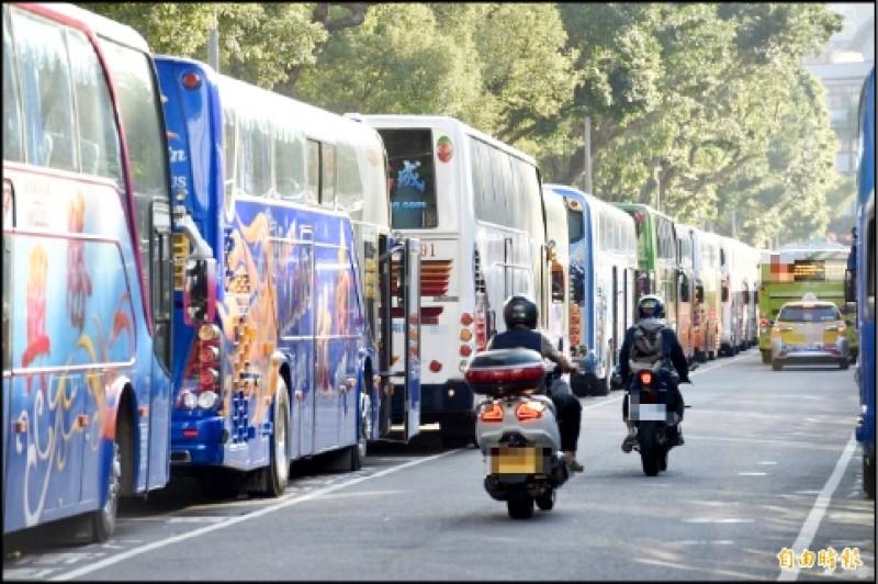 7/27起疫情降至二級,陳時中表示,開放50人以下旅行團,搭遊覽車時不得唱歌。(資料照)