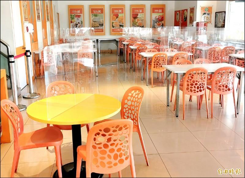 市府尚未決定餐廳是否開放內用,玉井區農會的芒果冰館已做好隔板等防疫措施。(記者吳俊鋒攝)