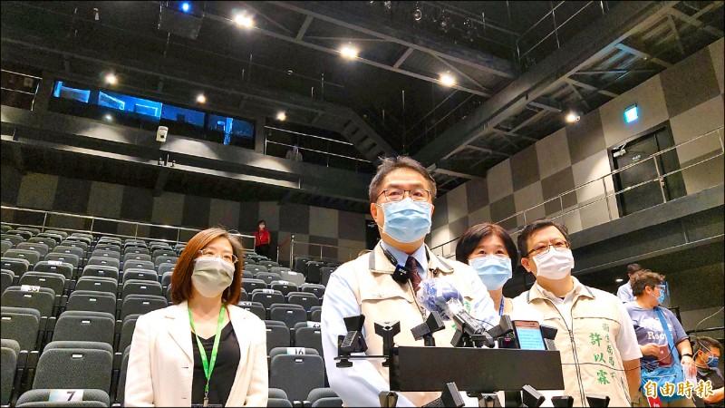 昨日南美館2館跨域展演廳首站開打,台南市長黃偉哲(左二)表示,健康保護才是王道。(記者洪瑞琴攝)