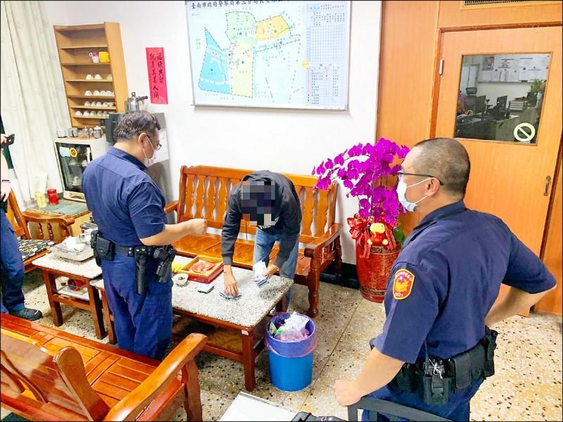 警方將王姓男子找來,才知道原來他是利用手機定位,才能抓準時間犯案。(警方提供)