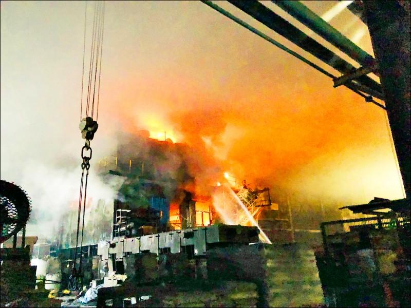 股票上市櫃公司慶欣欣鋼鐵工廠,昨天下午發生機台起火火苗波及3層樓高建築物,火警發生瞬間,火焰沖天,如電影災難片,十分驚悚。(彰化縣消防局提供)