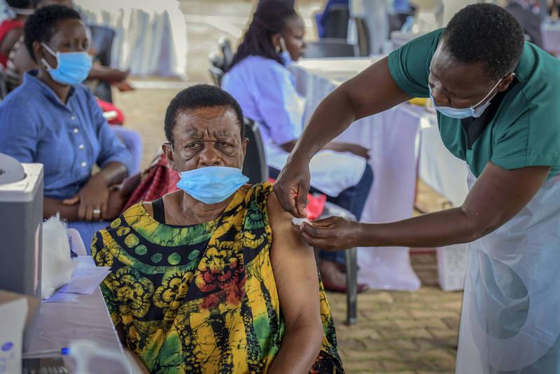 烏干達一名婦女5月31日接種疫苗,該國目前僅有不到3%的人口接種第一劑疫苗。(美聯社檔案照)