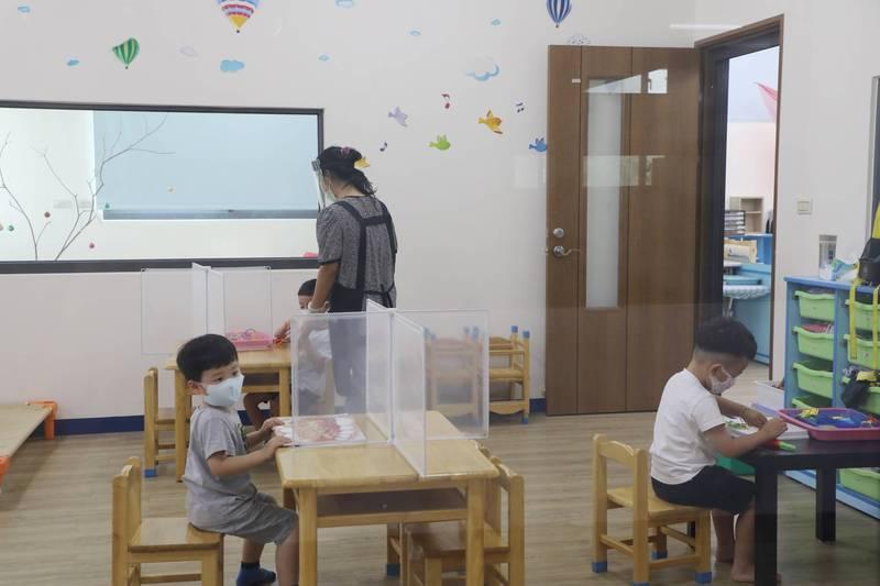 台南幼兒園預作防疫整備演練。(台南市府提供)