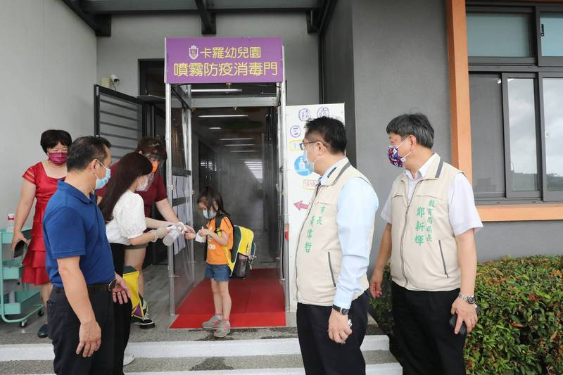 台南市長黃偉哲(右2)視察幼兒園防疫整備情形。(台南市府提供)