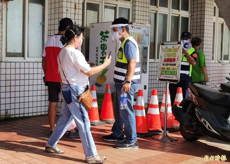全國三級警戒期間,竹圍漁港魚貨直銷中心採單雙號分流措施。(記者鄭淑婷攝)