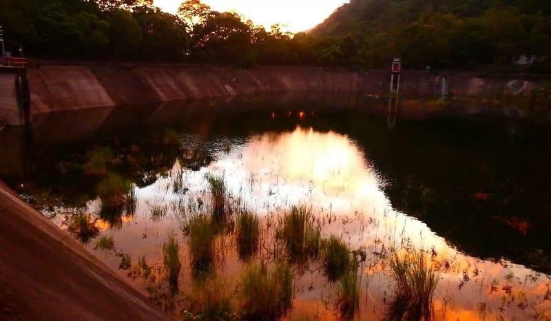 烟花颱風影響台灣天氣,奧萬大森林遊樂區則是出現「火燒雲」景觀,清澈池水也映照天際美景。(奧萬大森林遊樂區提供)