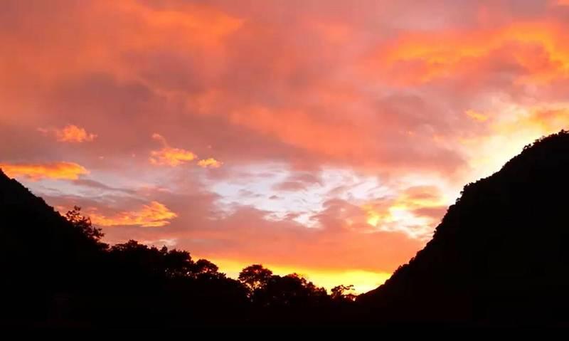 奧萬大森林遊樂區日前出現壯麗的「火燒雲」美景。(奧萬大森林遊樂區提供)
