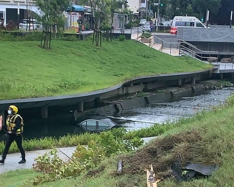 賓士車衝入西區柳川西路與四維街旁的柳川,警消搜索至天亮仍找不到駕駛。(記者張瑞楨翻攝)