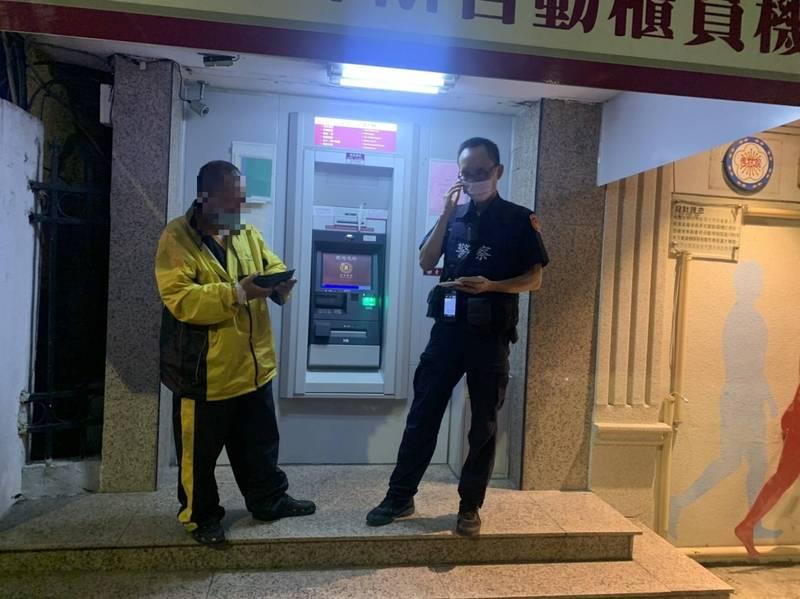 中興分局員警夜間巡邏,發現何姓男子(左)在台銀ATM前持手機操作ATM,懷疑是詐騙案,立即上前關心詢問,果然成功阻止男子被騙。(中興分局提供)