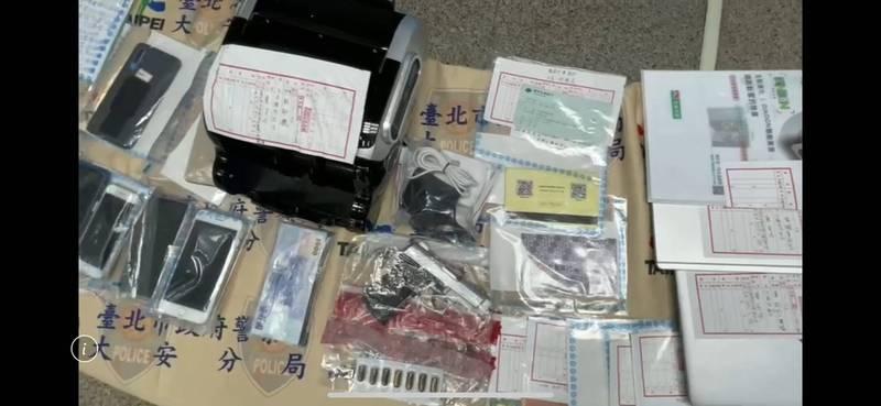 警方查扣改造手槍、銀行存摺、提款卡、信用卡、點鈔機等大批贓證物。(記者邱俊福翻攝)