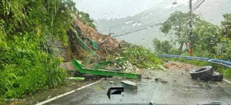 新竹縣五峰鄉的122號縣道31.5公里處今早發生坍方,僅容機車勉強通行。(圖由張益生提供)