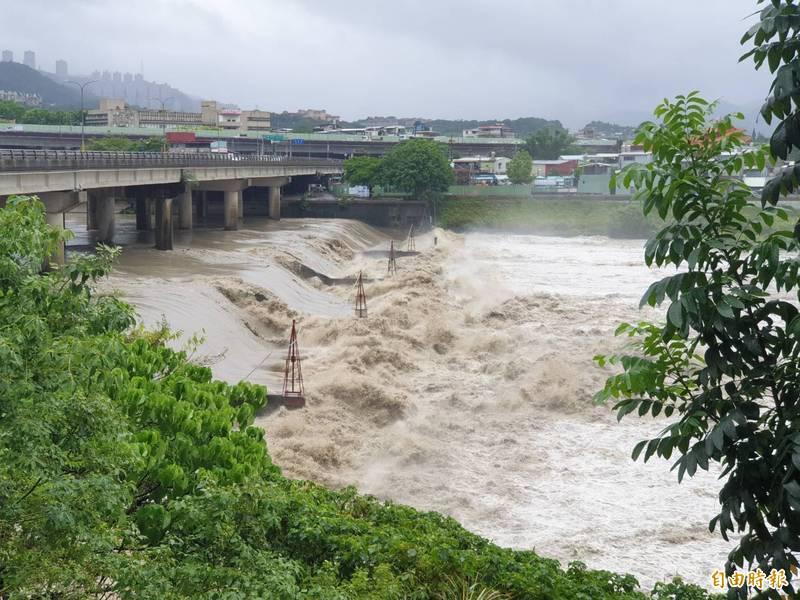 颱風帶來豪雨,碧潭堰場面壯觀。(記者翁聿煌攝)