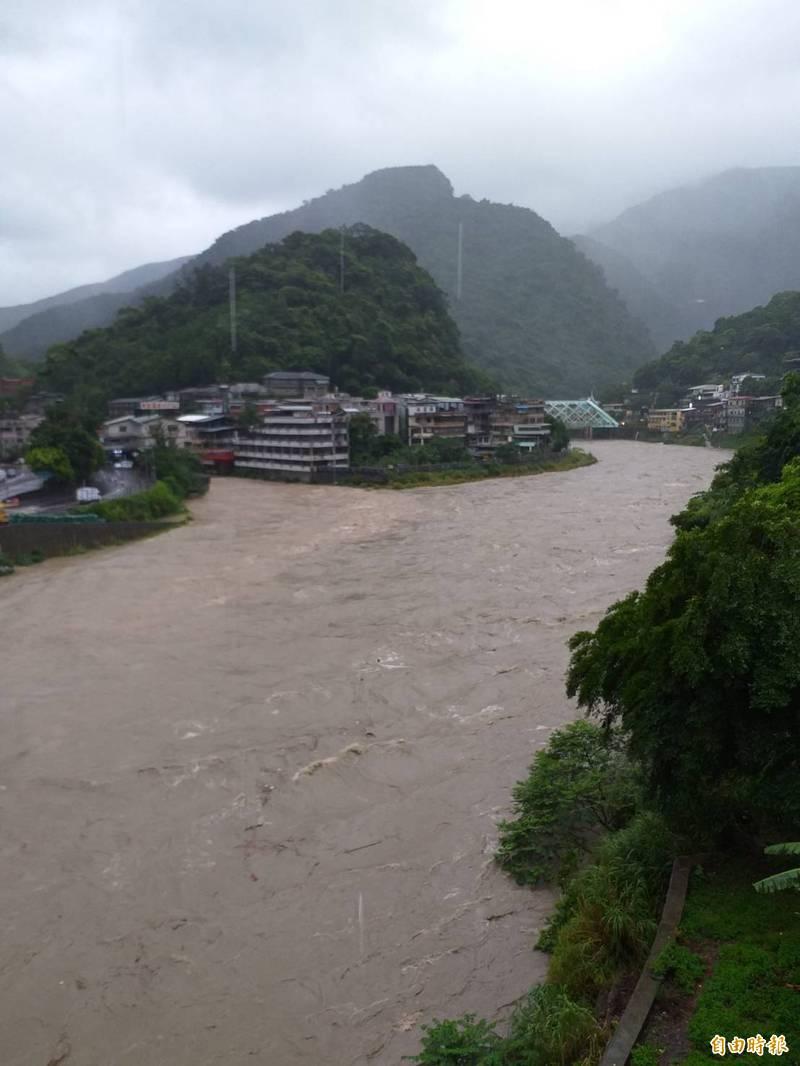 颱風為新店溪上游帶來豪雨,烏來地區水位高漲。(水利局提供)