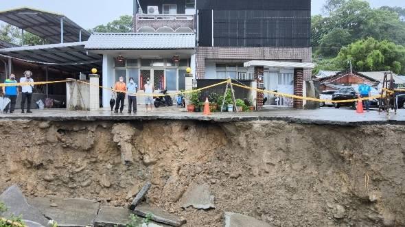 苗栗縣三灣鄉三灣村14鄰發生長約40公尺的駁坎崩塌災情,最近崩塌範圍離住家僅有3公尺,三灣鄉公所昨晚緊急通知住戶撤離。(民眾提供)
