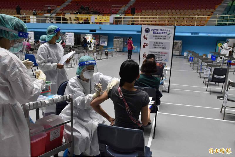 雲林縣高中以下教職員疫苗注射,昨天有5成完成接種,今天施打率可逾9成。(記者黃淑莉攝)