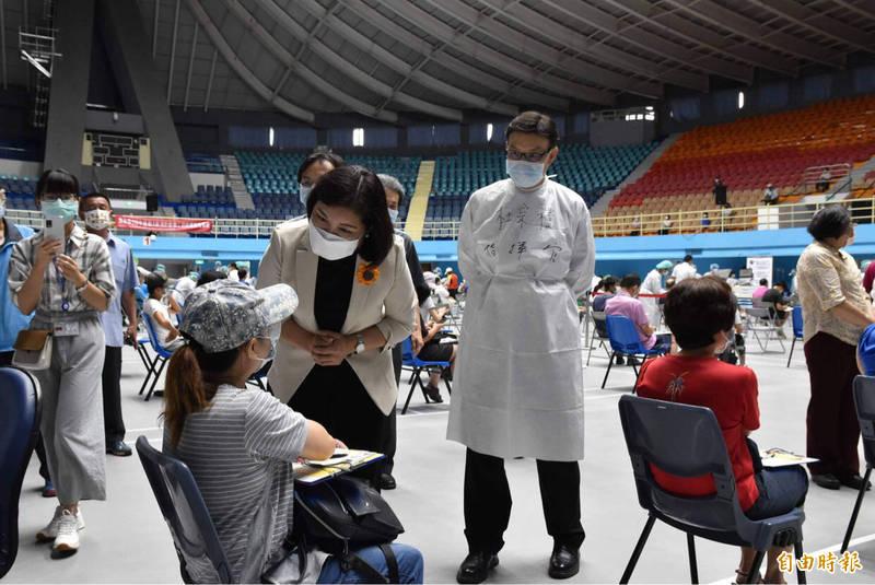 雲林縣長張麗善今天到台大雲林分院設在縣立體育館的快打站視察疫苗接種情況。(記者黃淑莉攝)