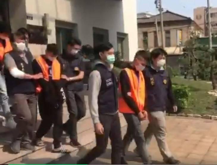 蔡姓嫌犯等3人被警方移送法辦(橘色背心者)。(記者劉慶侯翻攝)