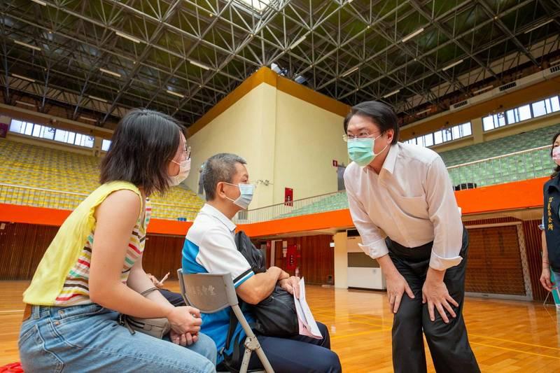 基隆市長林右昌呼籲民眾做好個人防疫外,也要出來打疫苗。(基隆市政府提供)