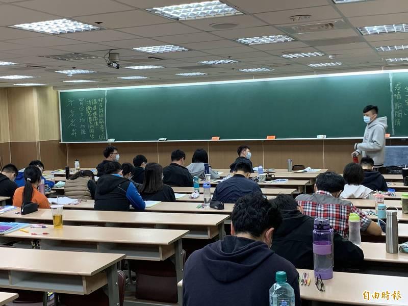 台中市有條件開放補習班復業。 (記者蔡淑媛攝)