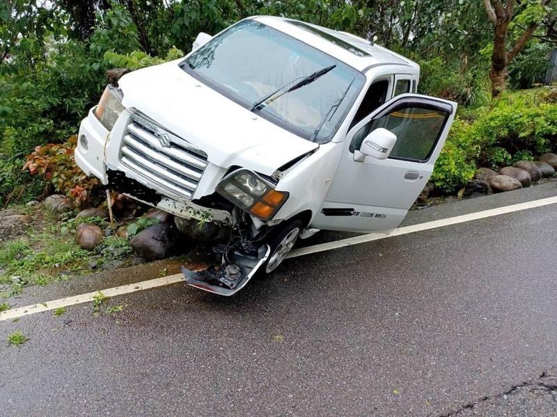 19歲女子開車行經苗52線一處彎道時,疑因天雨路滑,車輛失控自撞。(圖由消防局提供)