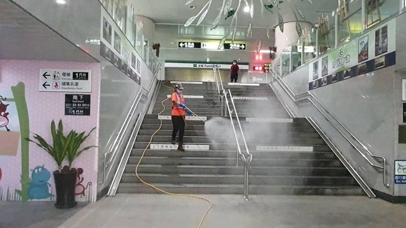 員林火車站出現確診者足跡,員林市公所派員完成車站和周邊環境消毒。(縣府提供)