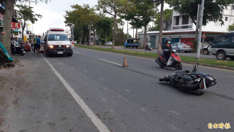 一家3口騎機車撞到狗,連7個月大的嬰兒也受傷。(記者黃明堂攝)