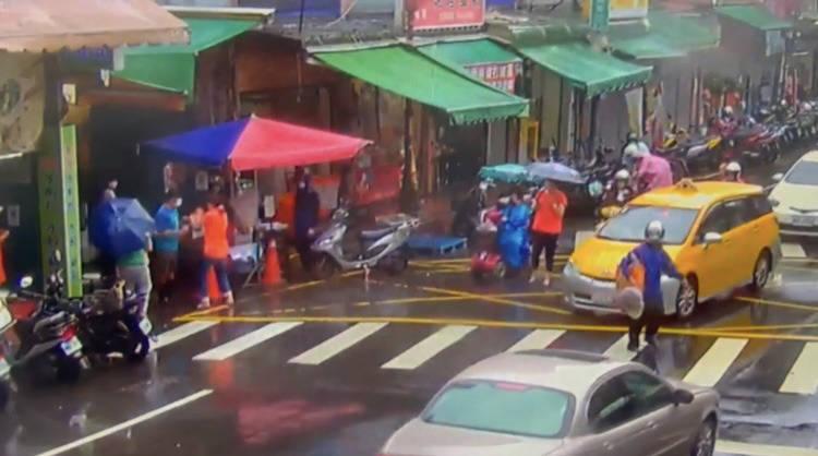 64歲許婦今早前往板橋區湳興市場,欲從出口進入遭阻,抓傷吳姓管制人員,事後互告傷害,另因許婦不遵守市場管制,被警方依法通報開罰。(記者闕敬倫翻攝)