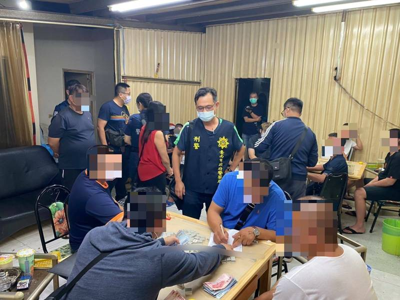 警方持搜索票進入鐵皮屋搜索。(警方提供)