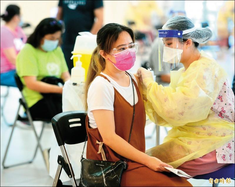 中央疫情指揮中心昨宣布,已接種過第一劑疫苗的民眾,可預約接種第二劑。圖為新北市施打疫苗情形。(記者王藝菘攝)