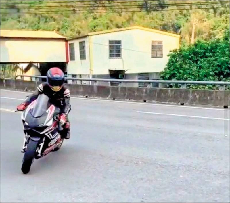 陳男常飆速騎杜卡迪V4S炫耀。(取自「台灣新聞記者聯盟資訊平台」LINE社群)