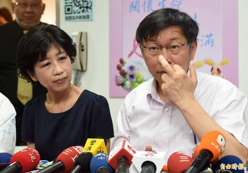 柯文哲(右)妻子陳佩琪(左)在臉書自曝為了台北市的疫苗殘劑,煩惱到「腦囊腫」發作,她說:「我已經數星期不跟老公講話了」。(資料照)